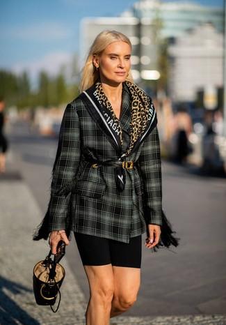 Как и с чем носить: черно-белый двубортный пиджак в шотландскую клетку, черные велосипедки, черная кожаная сумка-мешок, черный кожаный пояс