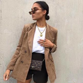 Как и с чем носить: коричневый двубортный пиджак, черные велосипедки, темно-коричневая кожаная сумка через плечо с принтом, коричневые солнцезащитные очки