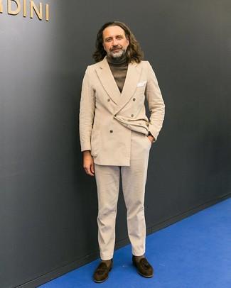 Как и с чем носить: светло-коричневый вельветовый двубортный пиджак, оливковая водолазка, светло-коричневые вельветовые брюки чинос, темно-коричневые замшевые лоферы с кисточками