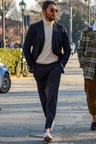 Модные мужские луки 2020 фото в теплую погоду: Любителям стиля смарт кэжуал полюбится образ из темно-синего двубортного пиджака и темно-синих брюк чинос. белые низкие кеды из плотной ткани добавят образу легкой небрежности и динамичности.