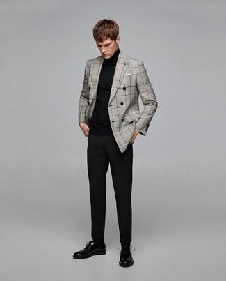 Серый двубортный пиджак в шотландскую клетку: с чем носить и как сочетать мужчине: Серый двубортный пиджак в шотландскую клетку в сочетании с черными брюками чинос позволит составить стильный, и в то же время мужественный лук. Разнообразить ансамбль и добавить в него немного классики помогут черные кожаные туфли дерби.