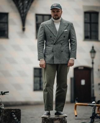 Мужские луки: Серый шерстяной двубортный пиджак в шотландскую клетку и оливковые брюки чинос — must have вещи в модном мужском гардеробе. Черно-белые низкие кеды из плотной ткани помогут сделать ансамбль менее строгим.