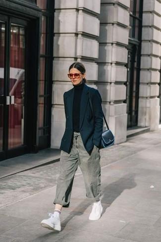 Как и с чем носить: черный двубортный пиджак, черная водолазка, серые джинсы-бойфренды, белые кожаные высокие кеды
