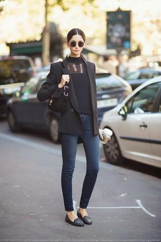 Как и с чем носить: черный двубортный пиджак, черная водолазка, темно-синие джинсы скинни, черные кожаные лоферы с шипами