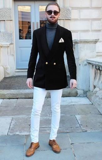 Бежевый нагрудный платок: с чем носить и как сочетать: Черный двубортный пиджак будет выглядеть гармонично в паре с бежевым нагрудным платком. Уравновесить ансамбль и добавить в него немного классики позволят светло-коричневые кожаные броги.