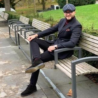 С чем носить темно-красную водолазку мужчине: Темно-красная водолазка в сочетании с черными джинсами — прекрасная идея для воплощения мужского лука в стиле smart casual. В этот ансамбль очень легко интегрировать темно-коричневые замшевые ботинки дезерты.