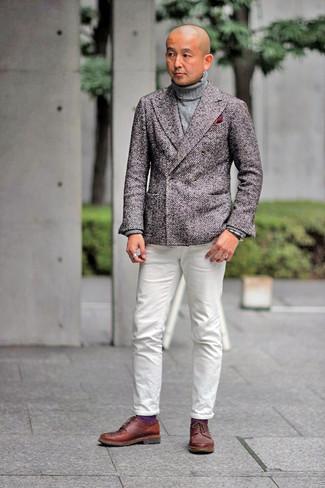 С чем носить коричневые кожаные туфли дерби: Образ из коричневого шерстяного двубортного пиджака и белых джинсов позволит создать элегантный и актуальный мужской образ. Не прочь сделать образ немного строже? Тогда в качестве обуви к этому луку, стоит выбрать коричневые кожаные туфли дерби.