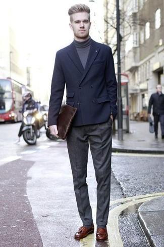 Как и с чем носить: темно-синий двубортный пиджак, темно-серая водолазка, темно-серые шерстяные классические брюки, коричневые кожаные лоферы с кисточками