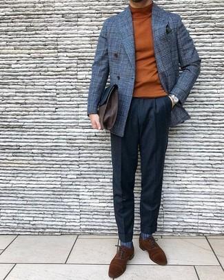 Как и с чем носить: серый шерстяной двубортный пиджак в клетку, табачная водолазка, черные шерстяные классические брюки, коричневые замшевые оксфорды