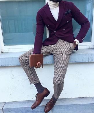 Как и с чем носить: темно-пурпурный двубортный пиджак, белая водолазка, коричневые классические брюки в шотландскую клетку, темно-коричневые кожаные оксфорды