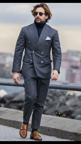 Как и с чем носить: темно-серый двубортный пиджак, темно-синяя водолазка, темно-серые классические брюки, коричневые кожаные монки с двумя ремешками