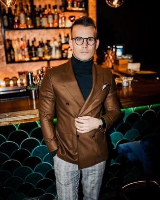 Как и с чем носить: коричневый двубортный пиджак, черная водолазка, серые классические брюки в шотландскую клетку, бежевый нагрудный платок с принтом