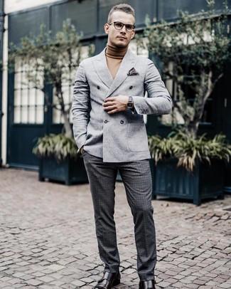 Как и с чем носить: серый шерстяной двубортный пиджак, светло-коричневая водолазка, темно-серые шерстяные классические брюки в клетку, темно-коричневые кожаные монки с двумя ремешками
