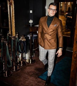 Как и с чем носить: коричневый двубортный пиджак, темно-зеленая водолазка, серые классические брюки в шотландскую клетку, черные кожаные ботинки челси