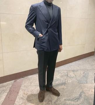 Как и с чем носить: темно-синий двубортный пиджак, темно-серая водолазка, темно-серые шерстяные классические брюки, темно-коричневые замшевые туфли дерби