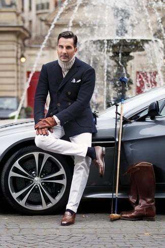Коричневые кожаные лоферы: с чем носить и как сочетать мужчине: Комбо из темно-синего шерстяного двубортного пиджака и белых классических брюк поможет составить модный и в то же время изысканный образ. Дополнив ансамбль коричневыми кожаными лоферами, ты привнесешь в него динамичность.