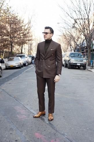 Как и с чем носить: темно-коричневый двубортный пиджак, оливковая водолазка, темно-коричневые классические брюки, светло-коричневые монки с двумя ремешками
