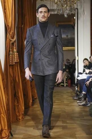 С чем носить темно-коричневые замшевые ботинки челси мужчине: Сочетание темно-серого двубортного пиджака и черных классических брюк смотрится очень привлекательно и элегантно. темно-коричневые замшевые ботинки челси добавят облику легкости и беззаботства.