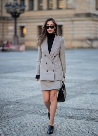 Как и с чем носить: серый двубортный пиджак в клетку, черная водолазка, серая мини-юбка в клетку, черные кожаные сабо