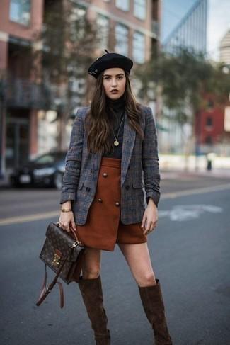 Как и с чем носить: темно-синий двубортный пиджак в шотландскую клетку, черная водолазка, табачная мини-юбка, темно-коричневые замшевые сапоги