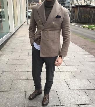Темно-коричневый нагрудный платок с принтом: с чем носить и как сочетать: Коричневый шерстяной двубортный пиджак и темно-коричневый нагрудный платок с принтом надежно обосновались в гардеробе многих мужчин, позволяя составлять эффектные и практичные образы. Чтобы ансамбль не получился слишком претенциозным, можно надеть темно-коричневые кожаные высокие кеды.