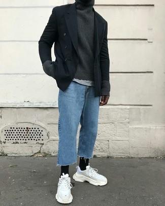 Как и с чем носить: черный двубортный пиджак, темно-серая вязаная водолазка, серая футболка с круглым вырезом, синие джинсы