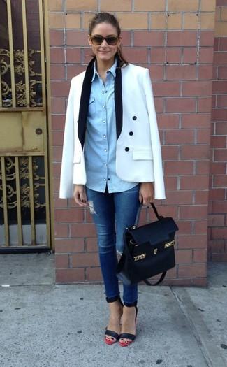 Как Olivia Palermo носит Белый двубортный пиджак, Голубая джинсовая рубашка, Синие рваные джинсы скинни, Красно-черные кожаные босоножки на каблуке