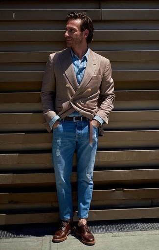 Голубая джинсовая рубашка: с чем носить и как сочетать мужчине: Голубая джинсовая рубашка и синие рваные джинсы — хорошая формула для воплощения стильного и функционального лука. Хотел бы сделать лук немного строже? Тогда в качестве дополнения к этому луку, обрати внимание на темно-красные кожаные туфли дерби.
