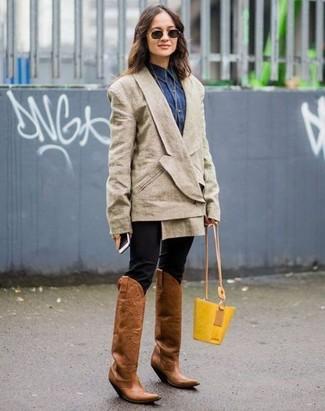 Как и с чем носить: бежевый двубортный пиджак, темно-синяя джинсовая рубашка, черные узкие брюки, коричневые кожаные ковбойские сапоги