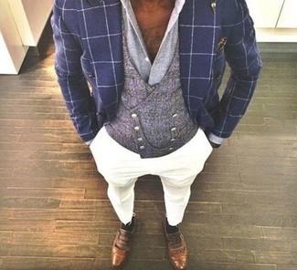 Как и с чем носить: темно-синий двубортный пиджак в клетку, серый жилет, серая классическая рубашка, белые брюки чинос