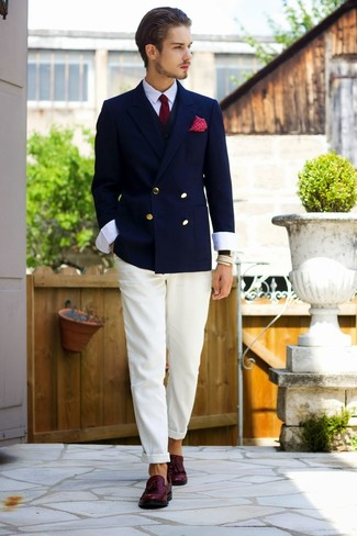 Как и с чем носить: темно-синий двубортный пиджак, черный жилет, белая классическая рубашка, белые брюки чинос