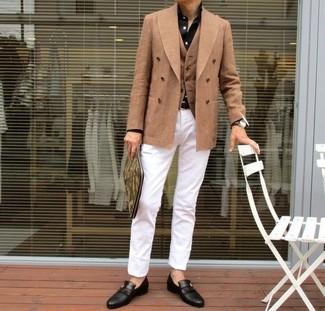 Как и с чем носить: светло-коричневый двубортный пиджак, светло-коричневый жилет, черная классическая рубашка, белые брюки чинос