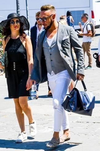 Модные мужские луки 2020 фото осень 2020: Если в одежде ты ценишь удобство и практичность, тебе полюбится такое сочетание серого двубортного пиджака и белых рваных джинсов. Любители необычных луков могут дополнить образ бежевыми замшевыми монками с двумя ремешками, тем самым добавив в него немного классики. Подобный лук наверняка будет пользоваться у тебя спросом осенью.