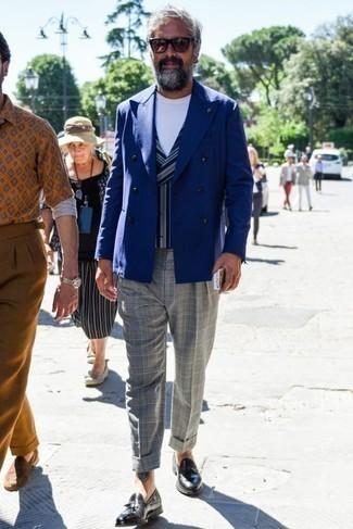 Синий двубортный пиджак: с чем носить и как сочетать мужчине: Несмотря на то, что этот образ довольно классический, сочетание синего двубортного пиджака и серых классических брюк в шотландскую клетку неизменно нравится стильным мужчинам, неизбежно пленяя при этом дамские сердца. Любители рискованных сочетаний могут завершить ансамбль черными кожаными лоферами с кисточками.