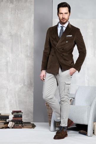 Голубая классическая рубашка: с чем носить и как сочетать мужчине: Если ты принадлежишь к той немногочисленной группе парней, ориентирующихся в модных тенденциях, тебе придется по душе ансамбль из голубой классической рубашки и серых брюк карго. В тандеме с этим образом наиболее выгодно смотрятся темно-коричневые кожаные повседневные ботинки.
