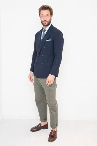 Белая классическая рубашка в вертикальную полоску: с чем носить и как сочетать мужчине: Белая классическая рубашка в вертикальную полоску и серые брюки карго — идеальный выбор, если ты хочешь создать расслабленный, но в то же время стильный мужской образ. Хочешь привнести сюда нотку классики? Тогда в качестве обуви к этому ансамблю, стоит обратить внимание на коричневые кожаные лоферы c бахромой.