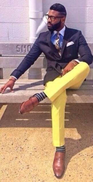 Как и с чем носить: темно-синий двубортный пиджак, синяя классическая рубашка в вертикальную полоску, желтые брюки чинос, коричневые кожаные лоферы