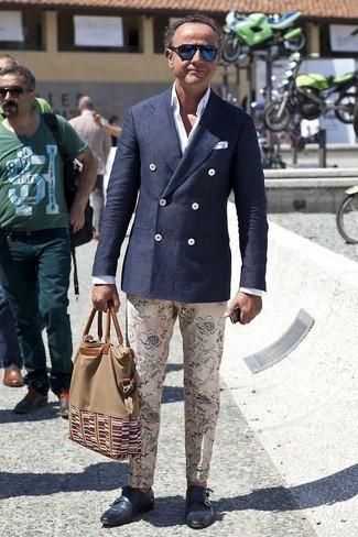 Поклонникам стиля smart casual полюбится дуэт темно-синего шерстяного двубортного пиджака и бежевых брюк чинос с цветочным принтом. Если ты не боишься соединять в своих ансамблях разные стили, на ноги можно надеть темно-синие кожаные монки с двумя ремешками.