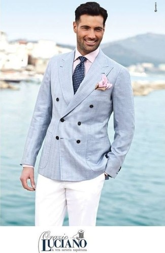 Сочетание голубого двубортного пиджака и белых брюк чинос позволит выглядеть презентабельно, но при этом выразить твою индивидуальность и стиль.