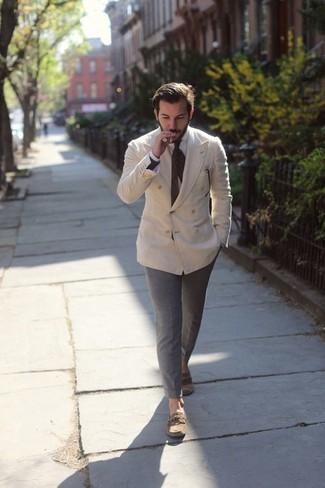 Как и с чем носить: бежевый двубортный пиджак, белая классическая рубашка, серые брюки чинос, коричневые кожаные топсайдеры