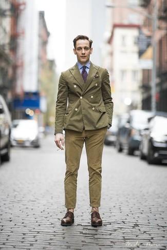 Образ из оливкового двубортного пиджака и оливковых брюк чинос смотрится очень модно, разве нет? Этот ансамбль легко получает свежее прочтение в паре с темно-коричневыми кожаными туфлями дерби.
