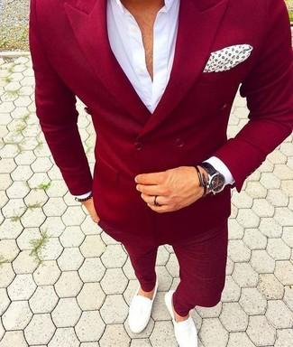 Модный лук: красный двубортный пиджак, белая классическая рубашка, красные брюки чинос, белые кожаные лоферы