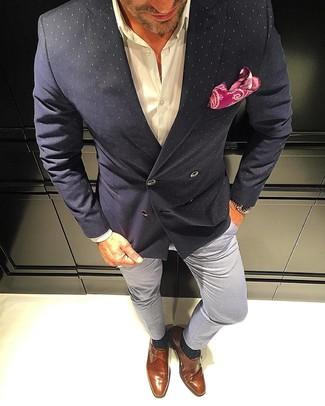 Как и с чем носить: черный двубортный пиджак в горошек, белая классическая рубашка, серые брюки чинос, табачные кожаные монки