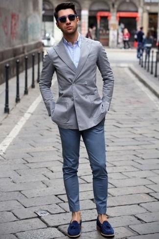 Как и с чем носить: серый двубортный пиджак, голубая классическая рубашка, темно-синие брюки чинос, темно-синие замшевые лоферы с кисточками