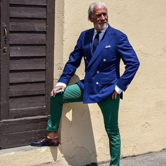 Как и с чем носить: синий двубортный пиджак, белая классическая рубашка, зеленые брюки чинос, темно-коричневые кожаные туфли дерби
