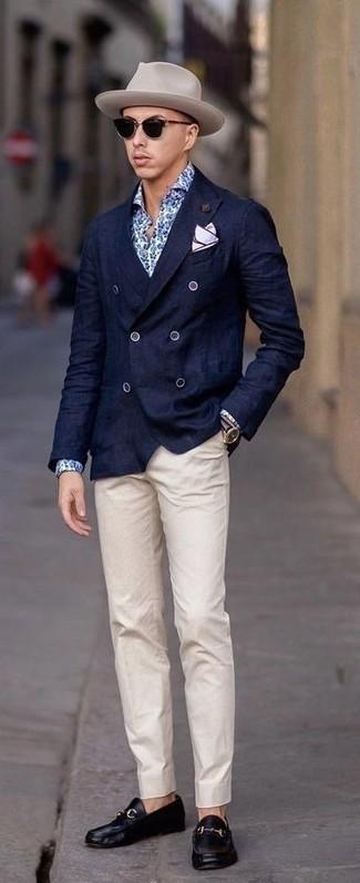 Как и с чем носить: темно-синий двубортный пиджак, синяя классическая рубашка с цветочным принтом, бежевые брюки чинос, черные кожаные лоферы