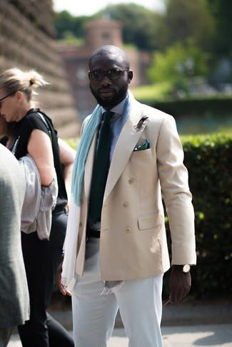 Как и с чем носить: бежевый двубортный пиджак, бело-темно-синяя классическая рубашка в мелкую клетку, белые брюки чинос, темно-зеленый галстук