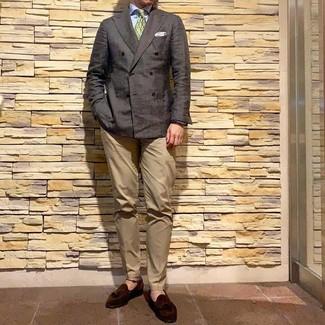 Как и с чем носить: темно-коричневый двубортный пиджак, голубая классическая рубашка, светло-коричневые брюки чинос, темно-коричневые замшевые лоферы с кисточками