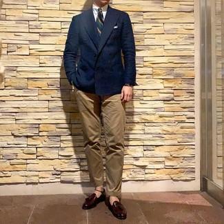 Как и с чем носить: темно-синий двубортный пиджак, белая классическая рубашка, светло-коричневые брюки чинос, темно-красные кожаные лоферы с кисточками