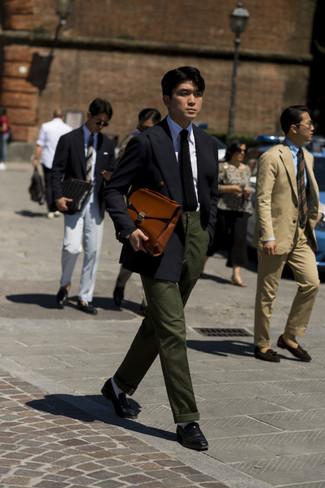 Модный лук: черный двубортный пиджак, белая классическая рубашка, темно-зеленые брюки чинос, черные кожаные лоферы